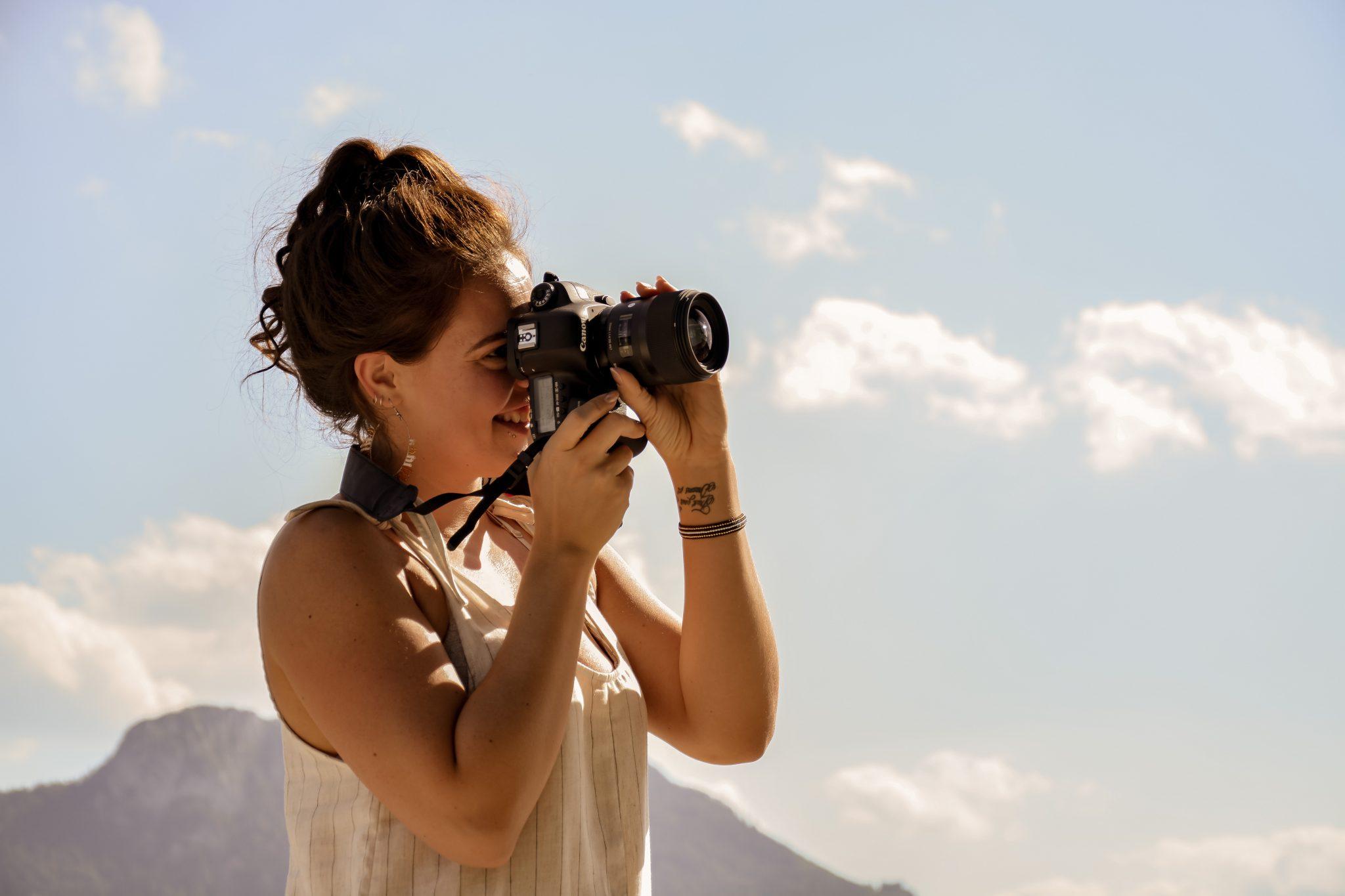 Portraitfoto von Linda Mayr beim fotografieren, Fotografin & Mediendesignerin und Inhaberin Lichtgrün Design & Photo